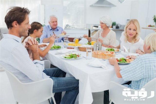 تفسير رؤية الجلوس على المائدة في الحلم